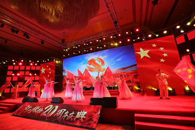 公司20周年庆典公司员工表演《红旗飘飘》