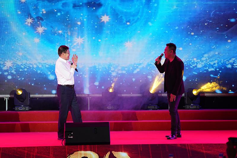 保神公司20周年庆典上董事长张建华与歌手演唱《等待》